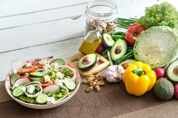 Preparação de alimentos saudáveis a partir de produtos orgânicos na mesa