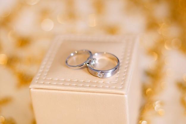 Preparação de anéis de casamento para o conceito de casamento.