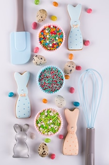 Preparação de biscoitos de páscoa de gengibre. cortadores de biscoito, biscoitos em forma de coelho engraçado e utensílios de cozinha
