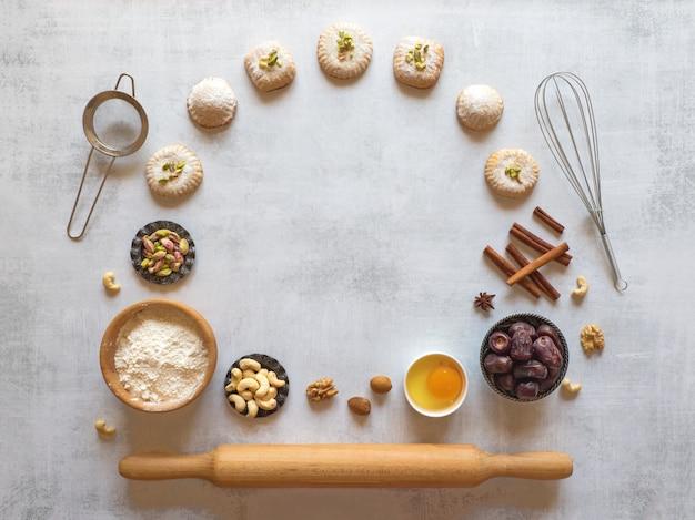 Preparação de biscoitos. fundo de comida de férias. doces árabes são dispostos em uma mesa cinza.