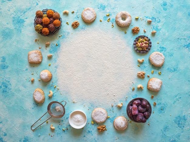 Preparação de biscoitos. superfície de comida de férias. doces árabes são dispostos em uma mesa azul.