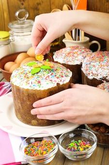 Preparação de bolo de páscoa na cozinha