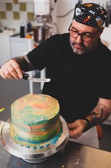 Preparação de bolo e pastelaria de carnaval.