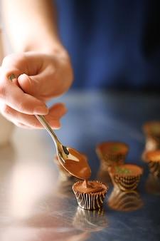 Preparação de bombons de chocolate artesanais, close-up