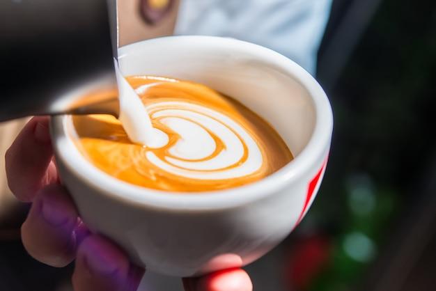 Preparação de cappuccino com decoração