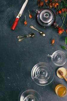 Preparação de chá de vitaminas com roseira brava. festa do chá caseiro