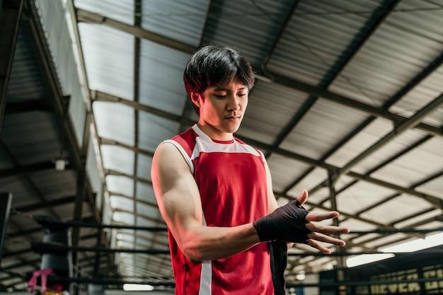 Preparação de combate. foto cortada de um lutador rasgado envolvendo suas mãos