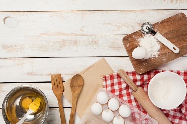 Preparação de cozimento, vista superior de uma variedade de utensílios de cozimento e ingredientes
