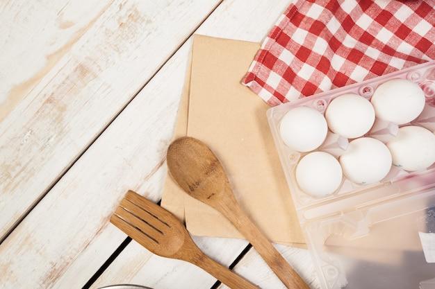 Preparação de cozimento, vista superior de uma variedade de utensílios e ingredientes de cozimento