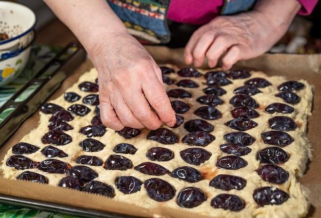 Preparação de deliciosa tarte de ameixa em casa