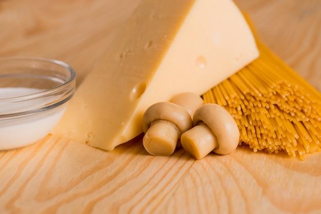 Preparação de espaguete com cogumelos queijo