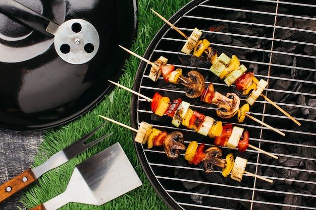 Preparação de espeto grelhado com carne e legumes na churrasqueira