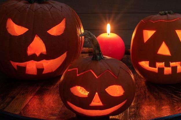 Preparação de halloween, abóboras com velas iluminando no escuro