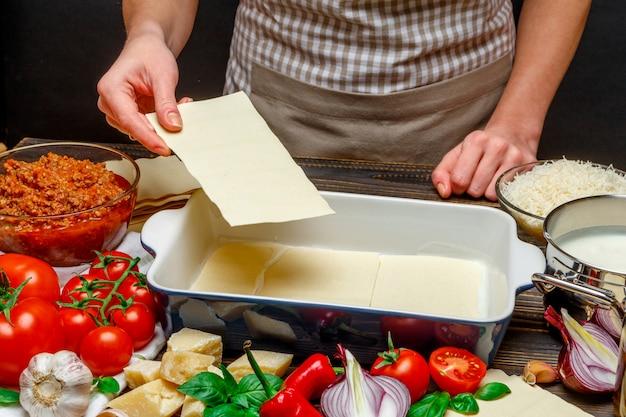 Preparação de lasanha caseira