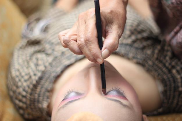 Preparação de maquiagem para um casamento