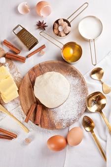 Preparação de massa para padaria. vista do topo