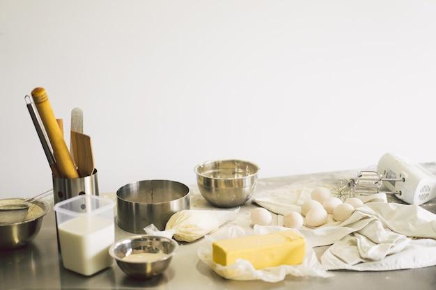 Preparação de massa receita pão pizza ou torta fazendo ingredientes cozinhando bolo estilo rural ou rústico