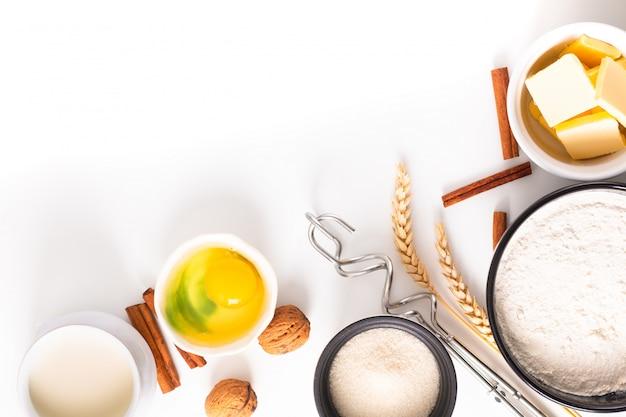 Preparação de padaria de conceito de cozimento de comida e ingredientes para fazer massa de pão branco