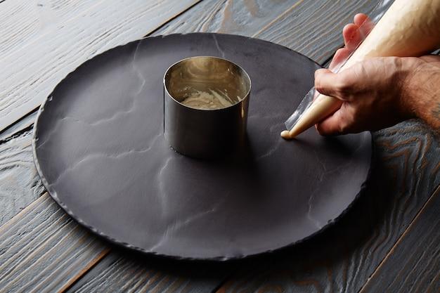 Preparação de pannacotta com mãos de chef