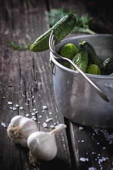 Preparação de pepinos em conserva com baixo teor de sal