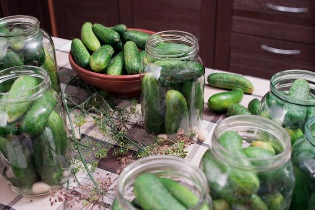 Preparação de pepinos para conservas em conserva.