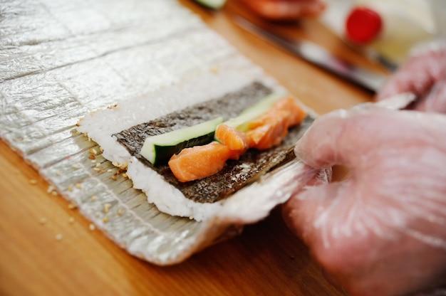 Preparação de rolos. comida japonesa