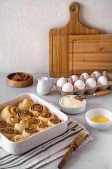 Preparação de rolos de canela caseira fresca padaria
