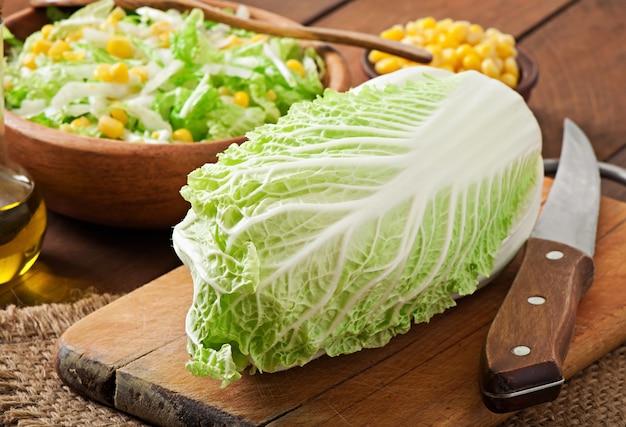 Preparação de salada de couve chinesa