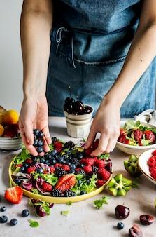 Preparação de saladeiras para fotos de brunch de alimentos