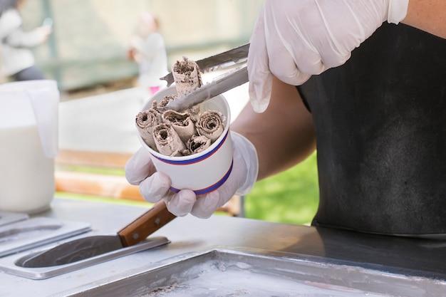 Preparação de sorvete tailandês com sabor a chocolate.