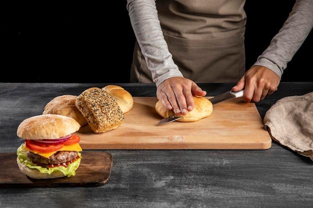 Preparação de um delicioso arranjo de hambúrguer