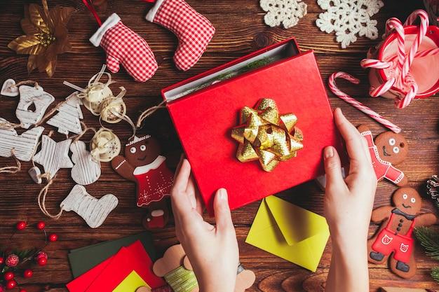 Preparação de uma caixa de presente de natal para amigos