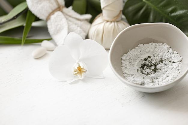 Preparação de uma máscara cosmética a partir de ingredientes naturais, cuidados com a pele facial em casa ou em um salão de spa.