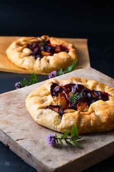 Preparação do conceito de comida saudável para beterraba assada orgânica rústica caseira e torta de galette de caramelo de cebola