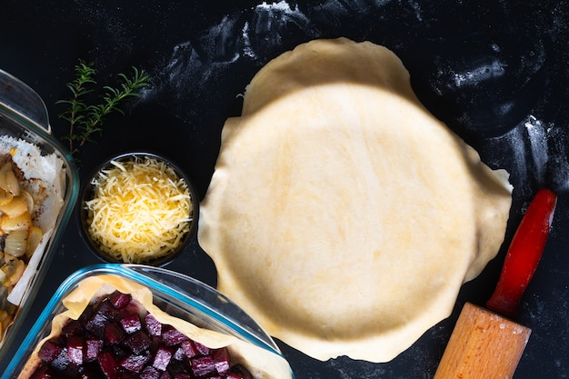 Preparação do conceito de comida saudável para beterraba assada orgânica rústica caseira e torta de galette de caramelo