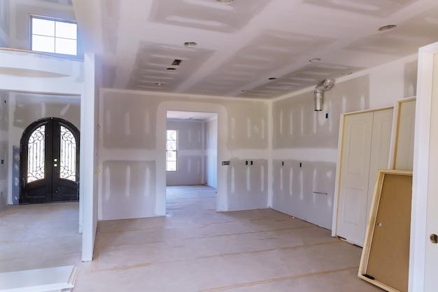 Preparação do interior em novas portas de empilhamento de madeira do interior da casa uma instalação de espera