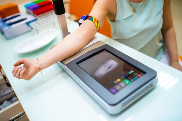 Preparação para análise de sangue. veia do braço do paciente pronta para teste. diagnóstico de pneumonia. covid-19 e identificação de coronavírus. pandemia.