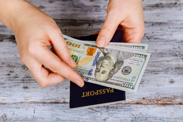 Preparação para férias, passaporte com dinheiro para descanso em cima da mesa