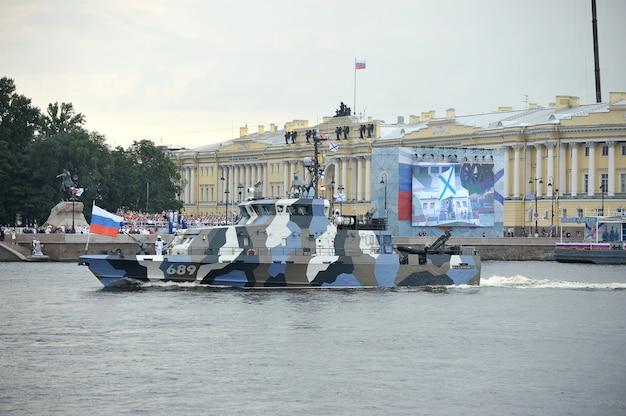 Preparação para o desfile naval em são petersburgo, no rio neva