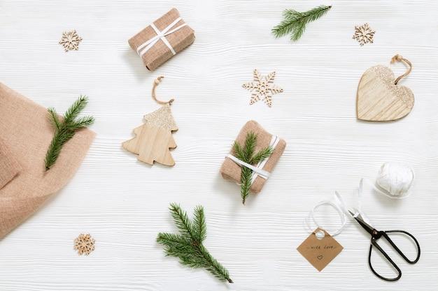 Preparação para o feriado, presente caseiro, caixa de presente de natal embrulhada em tecido kraft