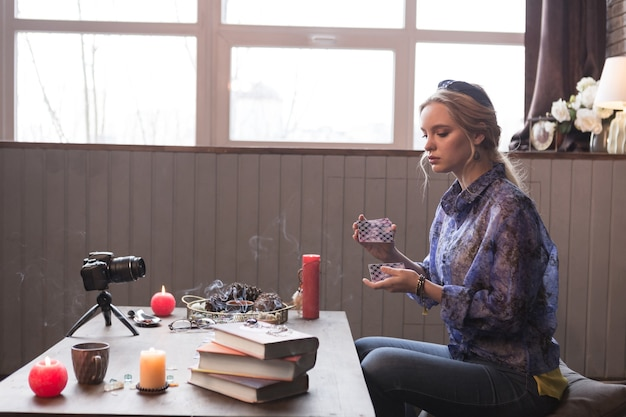 Preparação para o ritual. mulher jovem e agradável embaralhando cartas de tarô enquanto se prepara para o ritual