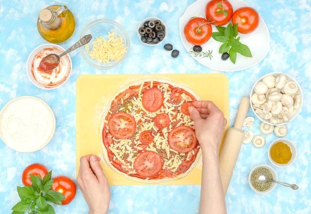 Preparação passo a passo de pizza vegetariana caseira, passo 6 - coloque fatias de tomate no queijo
