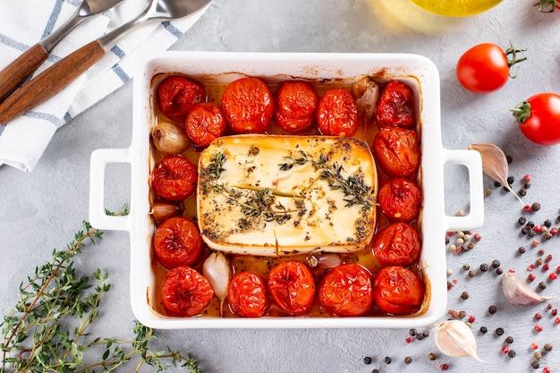 Preparação passo a passo e ingredientes para queijo feta assado no forno com tomate e macarrão, alho pimenta em uma visão superior de fundo claro, mistura de macarrão e queijo, receita da moda.