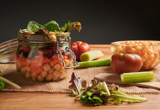 Preparação vegan com ingredientes na mesa antiga