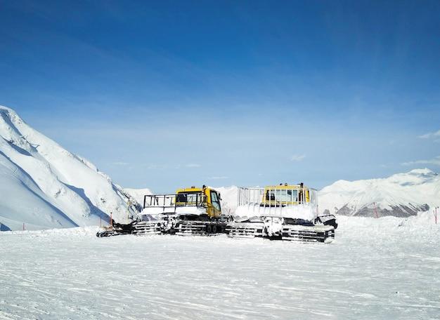 Preparadores de neve ou ratraks para preparação de pistas de esqui no resort de inverno