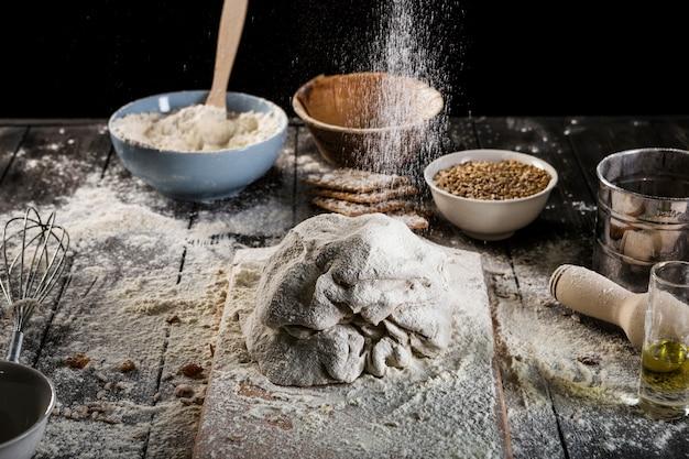 Preparando a massa com farinha por cima da mesa