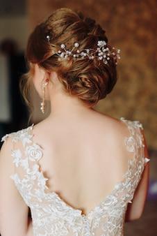 Preparando a noiva para o casamento em um vestido de noiva