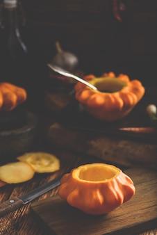 Preparando abóbora pattypan amarela para recheio com carne picada