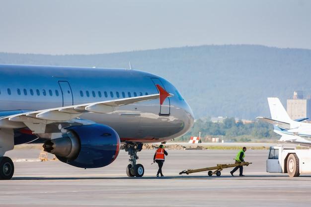 Preparando avião para reboque