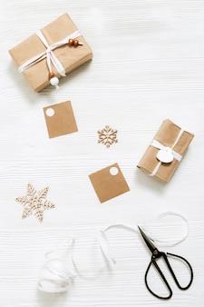 Preparando caixa de presente de natal artesanal com etiquetas e presentes